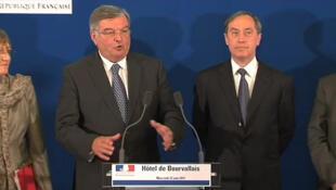 Le garde des Sceaux Michel Mercier (g) et le ministre de l'Intérieur Claude Guéant lors de la conférence de presse du 22 juin 2011.