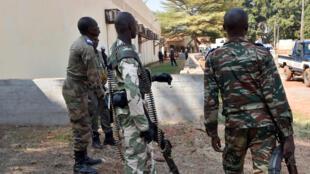 Askari polisi wakitoa ulinzi katika kituo cha kuhesabu kura za uchaguzi wa urais na ubunge mjini Bangui, Januari 2, 2016.