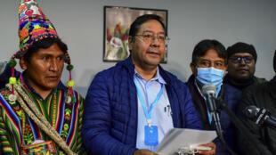 El candidato izquierdista Luis Arce del Movimiento al Socialismo (centro) durante una rueda de prensa en La Paz, el 19 de octubre de 2020