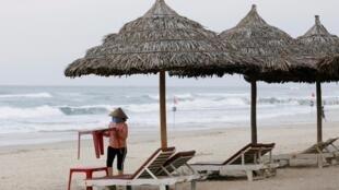 La plage de Da Nang, ville côtière du centre du Vietnam réputée pour ses plages de sable, est vide à cause du coronavirus, le 6 mars 2020.
