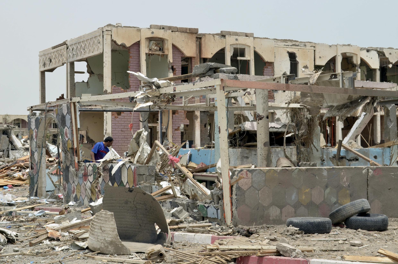 Área residencial após ataque aéreo na cidade de Mokha.