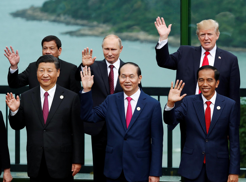 Lãnh đạo các nền kinh tế dự thượng đỉnh APEC, Đà Nẵng, Việt Nam: Hàng đầu từ trái qua: Tập Cận Bình, Trần Đại Quang, Joko Widodo. Hàng sau, từ trái qua: Rodrigo Duterte, Vladimir Putin, Donald Trump tế