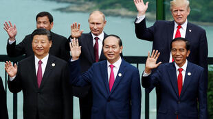 Lãnh đạo các nền kinh tế dự thượng đỉnh APEC, Đà Nẵng, Việt Nam: Hàng đầu từ trái qua: Tập Cận Bình, Trần Đại Quang, Joko Widodo. Hàng sau, từ trái qua: Rodrigo Duterte, Vladimir Putin, Donald Trump