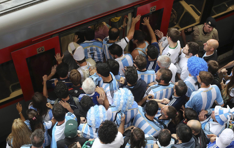 Cổ động viên Achgentina  kỳ vọng mua được vé vào xem trận chung kết.