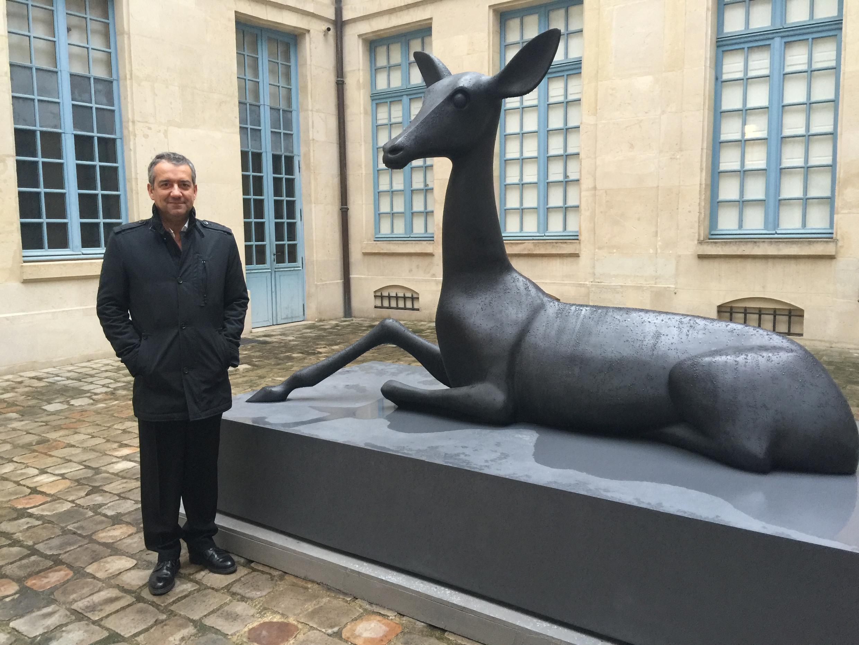 Miguel Branco junto a uma das obras em exposição no Musée de La Chasse et de La Nature, em Paris.