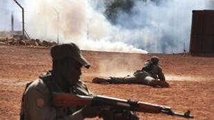 Soldats maliens à l'entraînement, le 6 février 2014 à Koulikoro.