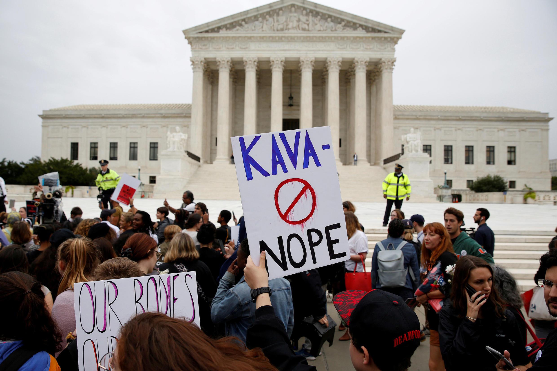 Biểu tình ngày 27/09/2018 trước trụ sở Tối Cao Pháp Viện Mỹ tại Washington, để phản đối việc ông Brett Kavanaugh vẫn được xét làm thẩm phán định chế này dù bị cáo buộc sách nhiễu tình dục.