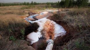 绿色和平组织发布照片指神华集团项目在鄂尔多斯排放废水2013年5月4日