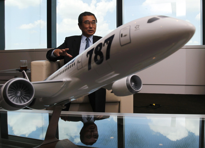 Schinichiro Ito, président da All Nippon Airways, avec un prototype du Dreamliner.