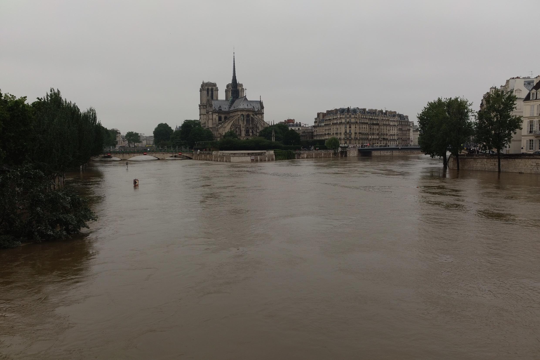 """Pontes de Paris, como a Pont Neuf, """"encurtaram"""" com a cheia do rio."""