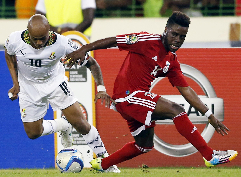 Ghana's Andrhttp://joko.english.rfi.fr/node/178766/edit#e Ayew (L) challenges Equatorial Guinea's Enrique Boula during their semi-final
