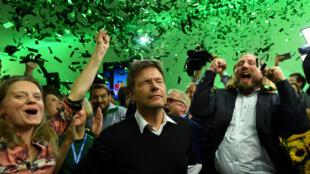 Líderes do Partido Verde na Alemanha comemoram resultado das eleições na Baviera. Cresceu quase dez pontos percentuais e chegou a 18,3% dos votos.