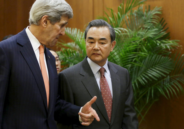 Le secrétaire d'Etat américain John Kerry et le ministre des Affaires étrangères chinois Wang Yi, ce 27 janvier à Pékin.