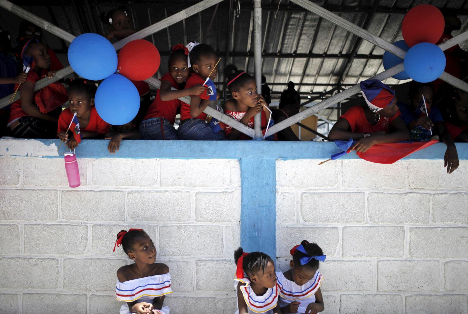 Des écolières célèbrent la Fête du Drapeau haïtien