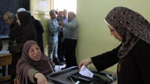 Mulher vota no referendo da Constituição Egípcia em Mahalla el-Kubra, a 110 km do Cairo
