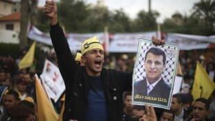Des soutiens de l'ancien chef du Fatah, Mohammed Dahlan, lors d'une manifestation contre le président Mahmoud Abbas, le 18 décembre 2014 à Gaza.