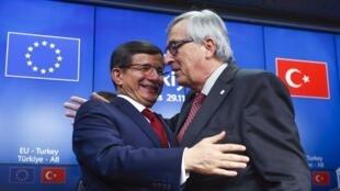 Le Premier ministre turc Ahmet Davutoglu (G) et le président de la Commission européenne Jean-Claude Juncker (D), le 29 novembre 2015, à Bruxelles.