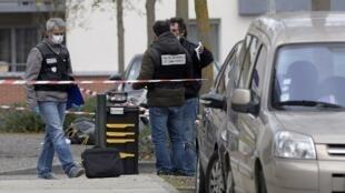 """پلیس فرانسه در محل زندگی """"رحیم نامازوف"""" روزنامهنگار تبعیدی جمهوری آذربایجان، در """"کولومیه"""" حومه شهر تولوز واقع در جنوب غربی فرانسه. جمعه ٣٠ مارس ٢٠۱٨"""