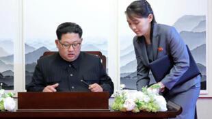 朝鮮領導人金正恩與妹金與正2018年4月27日板門店(檔案照片)