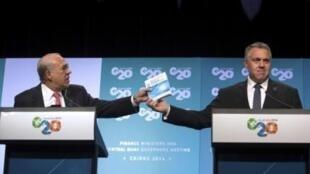 Angel Gurria, Secretário-Geral da OCDE (à esq.) ao lado do ministro da Economia da Austrália, Joe Hockey , durante coletiva em Cairns neste domingo, 21 de setembro de 2014.