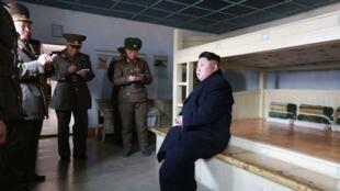 Lãnh đạo Bắc Triều Tiên  Kim Jong Un trong chuyến thanh tra một đơn vị ở vùng bờ biển phía Đông. Ảnh công bố  ngày  12/03/ 2015.