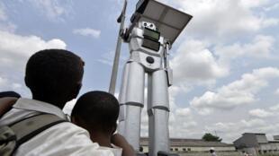 Des robots assurent la sécurité et la régulation des avenues de Kinshasa, en RDC.