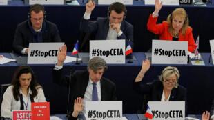 Bancada de eurodeputados em oposição ao CETA, o acordo de Livre Comércio entre o Canadá e a União Europeia. Embaixo, à direita, a líder da extrema-direita francesa, Marine Le Pen.