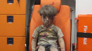 Hình ảnh em bé Omran Daqneesh, 5 tuổi, khiến cộng đồng mạng xúc động sau trận oanh kích tại ngoại ô Aleppo, ngày 17/08/2016.