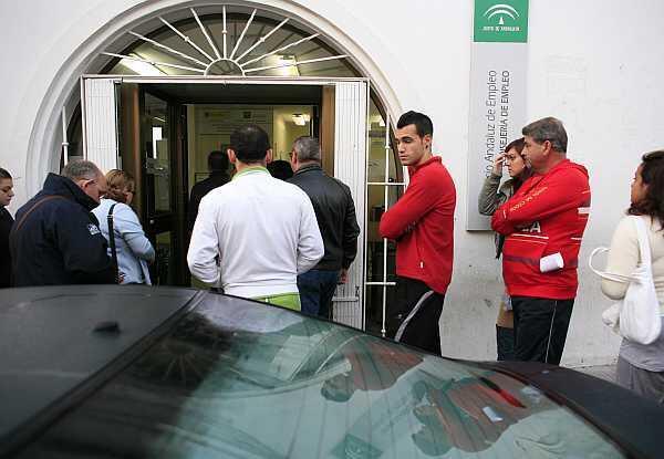 Una cola frente a las oficinas de empleo (INEM) en San Juan de Aznalfarache, cerca de Sevilla, el 28 de octubre de 2011.