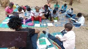 100_petits_écrivains_Yaoundé_by_OAPE_AFRICA