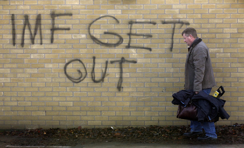 """""""Fora FMI"""", diz pichação em muro de Dublin em protesto contra o pedido de ajuda ao Fundo Monetário Internacional."""