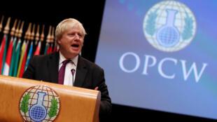 Le ministre britannique des Affaires étrangères Boris Johnson prononce un discours présentant lors d'une session spécial de l'Organisation pour l'interdiction des armes chimiques (OIAC), à la Haye, le 26 juin 2018.