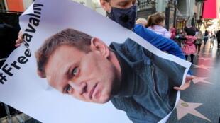 В открытый доступ попали адреса электронных почт сторонников Навального.