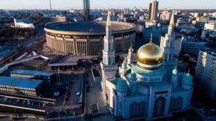 Bien que l'Etat russe soit officiellement laïc, le discours public en Russie accorde aux religions une place très importante (photo: vue aérienne de la mosquée cathédrale de Moscou).