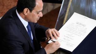 Le président Abdel Fattah al-Sissi, le 8 juin 2014 au moment de signer le document mettant fin à la période intérimaire d'Adly Mansour, après la destitution du président Morsi.