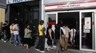 Filas nas agências públicas de emprego em Madri são reflexo da crise econômica na Espanha.