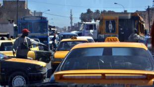 Embouteillage à Dakar au Sénégal ...trafic difficile pour les taxis et autres véhicules.
