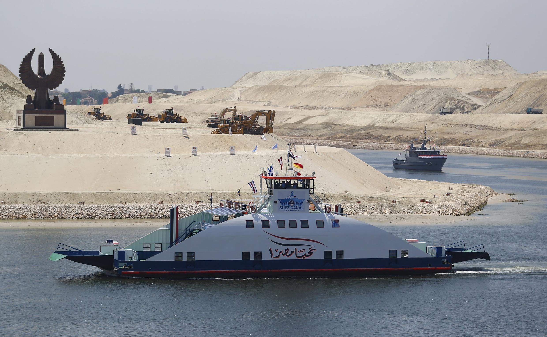 """Con tàu mang tên """"Ai Cập muôn năm"""" đi qua đoạn kênh mới, Ismailia, 06/08/2015."""