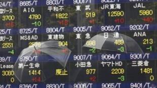 Bảng yết giá trên thị trường chứng khoán Tokyo ngày 01/10/2013.