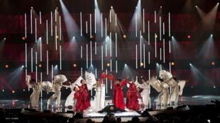 Ca sĩ Nguyệt Anh và Lam Anh trình bày bài  Giọt mưa thu trên sân khấu Paris By Night 100