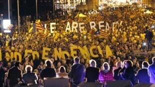 « Nous sommes prêts, Indépendance », peut-on lire sur des lettres géantes tenues par des manifestants en faveur de l'indépendance de la Catalogne, à Barcelone, le 7 novembre 2014.