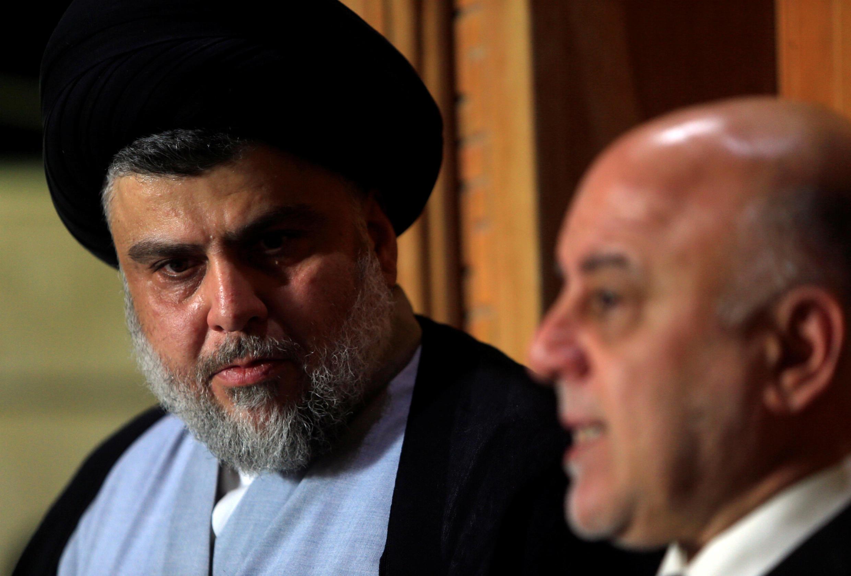 Lãnh đạo hệ phái Shia Irak  Moqtada al-Sadr (T) và thủ tướng Irak Haider al-Abadi, trong cuộc họp báo tai Najaf, ngày  23/06/2018.