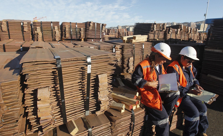 Des agents du port de Valparaiso au Chili vérifient une cargaison de cuivre prête à être exportée vers l'Asie.  25 janvier 2015.