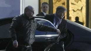 L'ambassadeur russe en Ukraine Mikhaïl Zurabov sortant de la voiture pour reprendre les négociations, à Minsk, le 24 décembre 2014.