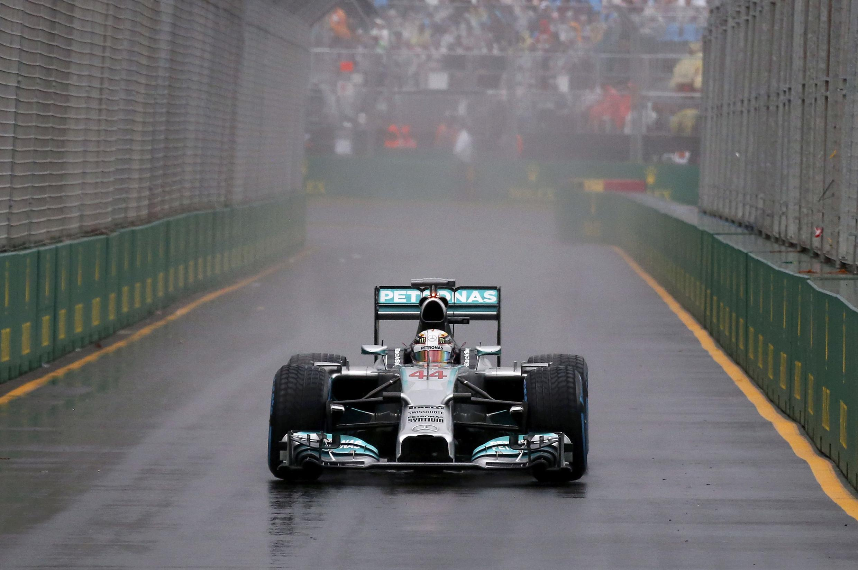 O britânico Lewis Hamilton na pista do Circuito de Albert Park, em Melbourne, neste sábado, 15 de março de 2014.