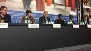 Diretor Marcelo Gomes lê carta de protesto durante coletiva de imprensa na Berlinale