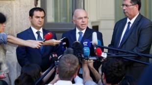 2016年8月24日法國內政部長卡澤納夫Bernard Cazeneuve 和法國穆斯林信仰理事會開會後面對媒體。