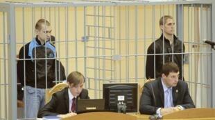 Дмитрий Коновалов (Л) и Владислав Ковалев на заседании суда в Минске 15/09/2011 (архив)