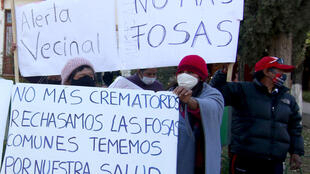 Vecinos de Cochabamba bloquean la entrada del cementerio público en reclamo por los entierros de víctimas de covid-19, el 3 de julio de 2020