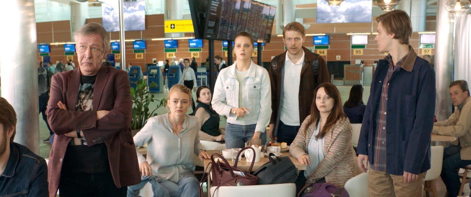 Лица главных героев сериала «Полет», когда они узнают, что самолет, на котором они должны были лететь, разбился